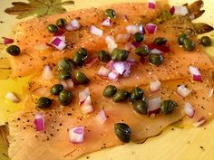 Hosting - recently made - appetizer - Salmon Carpaccio (optional add cup finely chopped hardboiled egg) New Recipes, Favorite Recipes, Healthy Recipes, Tapas, Low Carb Menus, Vegetarian Menu, Good Food, Yummy Food, Best Food Ever
