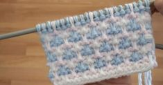 This Pin was discovered by Mer Baby Knitting Patterns, Knitting Designs, Stitch Patterns, Knitting Videos, Crochet Videos, Crochet Motif, Crochet Stitches, Baby Blanket Crochet, Crochet Baby