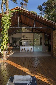 Integração com a natureza marca reforma de casa em Brumadinho Tropical House Design, Tropical Houses, Bungalow, Colonial Exterior, Exterior Design, Tropical Architecture, Architecture Design, Future House, House Goals