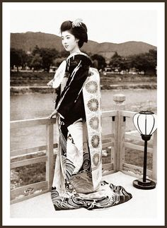 All sizes | SHOW ME THE OBI !  -- A Lovely Maiko Poses by the Kamo River in Old KYOTO | Flickr - Photo Sharing!