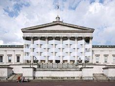 Nicolas Feldmeyer, artiste londonien, utilise des œuvres architecturales existantes pour créer de nouveaux espaces, en intégrant des matériaux à des fins de contraste.    Untitled (Woven Portico) est une installation qui utilise les colonnes du fronton de l'université de Londres, University of College (UCL)