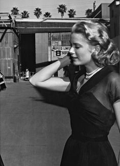 Grace Kelly on the set of Rear Window, 1954 Moda Grace Kelly, Grace Kelly Style, Princess Grace Kelly, Grace Kelly Fashion, Golden Age Of Hollywood, Vintage Hollywood, Hollywood Stars, Classic Hollywood, Old Hollywood Style