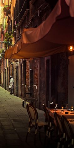Venice alley - lovely restaurants hide in the back streets
