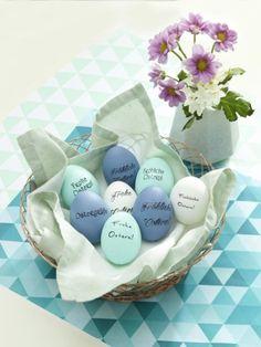 Unsere Ostereier tragen in diesem Jahr eine ganz persönliche Message. Wie das geht? Sie brauchen nur eine Handvoll Materialien und diese Anleitung.
