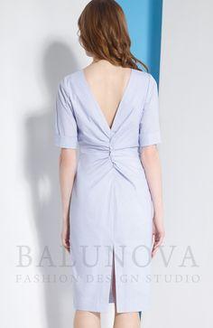 Стильное платье прилегающего силуэта из мягкой хлопковой ткани со стрейчем. Рукава короткие с отложными манжетами. Необычность модели придаёт глубокий v-образный вырез и фантазийная драпировка на спинке. Застегивается на потайную молнию сбоку.