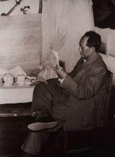 1957年9月10日,毛澤東看北京密雲水庫工地小報