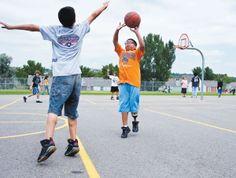 Yo sé cómo jugar al baloncesto. Me gusta jugar durante el recreo en Vallemar.