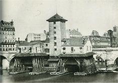 LA POMPE DE NOTRE DAME > Voici un bâtiment disparu, méconnu et bien insolite : La Pompe Notre-Dame. Bâtie vers 1670, elle captait l'eau de la Seine. À droite sur la photo, le pont notre dame, l'ancien hôtel de ville du Boccador et l'église de St Gervais. La pompe de Notre Dame fut rasée en 1858. > Le Paris insolite est ici: https://arcanum.city