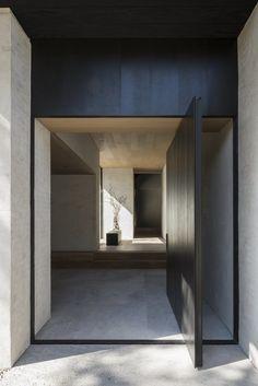 Minimalist architecture at More with less magazine Architecture Design, Minimalist Architecture, Exterior Design, Home Interior Design, Casa Kardashian, Pivot Doors, Hallway Decorating, Interior Decorating, Decorating Games