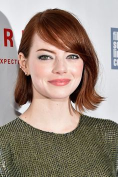 Her hair is finally looking nice again. Emma Stone braves the rain to say hi Short Bob Hairstyles, Celebrity Hairstyles, Hairstyles With Bangs, Cool Hairstyles, Bob Haircuts, Party Hairstyles, Wedding Hairstyles, Short Hair Cuts For Round Faces, Round Face Haircuts
