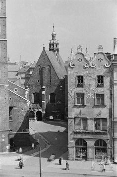 Kamienica Czyncielów, Rynek Główny 4, kościół św. Barbary (OO. Jezuitów) Krakow Poland, Old City, Cold War, Backyards, Planet Earth, Old Photos, Planets, Maine, Cities