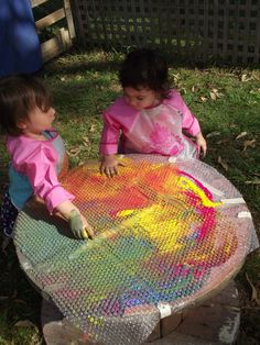 Toddler Bubble Wrap Paint and Explore outdoors!put the bubble wrap on a mirror? Toddler Classroom, Outdoor Classroom, Outdoor Learning, Outdoor Play, Indoor Outdoor, Reggio Emilia, Toddler Play, Toddler Crafts, Sensory Activities