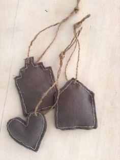 Lieve hangers van stof met de hand gemaakt voor in de kerstboom of voor op wen leuke steigerhout bord.   www.marktplaats.nl