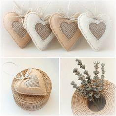Set van 4 hand genaaide voelde harten vakantie ornamenten. Elk is voorzien van een natuurlijke jute touw verbonden zodat kunt u hen overal ophangen. Het hart kijkt goed in elk interieur. Perfect als gunsten of op te nemen in een zak van giften aan uw geliefde of de vriend. Zou kunnen