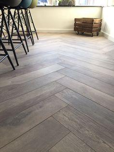 Visgraat vloer (keramisch) Herringbone Wood Floor, Wood Look Tile, Lounge Design, Floor Design, Parquet Tiles, Hardwood Floor Colors, Moraira, House Inside, Wooden Flooring