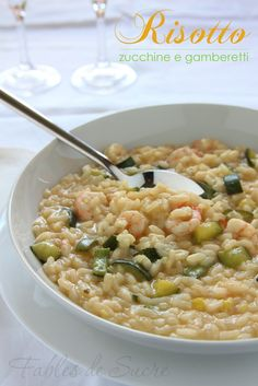 Un piatto semplice come il riso, fatto con un abbinamento classico che non delude mai: risotto zucchine e gamberetti, manca solo del buon vino.