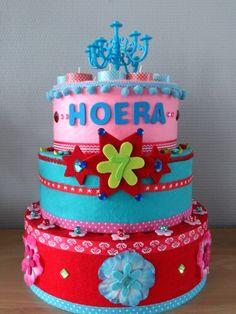 Verjaardagstaart voor in klas gemaakt. Gemaakt van piepschuim taartdummies en vilt. Voorop is het cijfer af te nemen met klittenband en zo verwisselbaar. Foam Crafts, Arts And Crafts, Craft Foam, School Projects, Projects To Try, Girl Birthday, Happy Birthday, Birthday Cakes, School Organisation