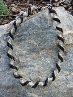 Beautiful curvy peyote rope from B&B Peyote Stitch, Bead Crochet, Bead Weaving, Beaded Embroidery, Necklace Set, Curvy, Versuch, Pendants, Spirals