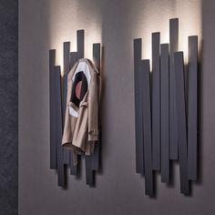 Wall-mounted coat rack SKI by Natevo design Pinuccio Borgonovo Wooden Pallets, Wooden Diy, Interior Design Living Room, Interior Decorating, Entry Way Design, Rack Design, Coat Stands, Wall Mounted Coat Rack, Coat Hanger
