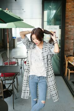 Cute look with the simple ripped jeans, white tee, and patterned jacket with the sleeves rolled up.