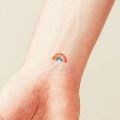 Olá, como estão? No post de hoje trouxe várias inspirações de tatuagens inspiradas em arco iris, espero que gostem, elas são super fofas. Me digam o que acharam? Qual sua favorita? Beijos e até o …