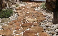 Грунтовые дорожки, каменные дорожки, деревянные дорожки из спилов в саду и на даче