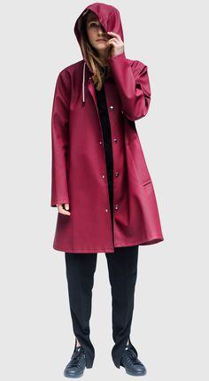 Stutterheim Mosebacke burgundy raincoat is the A-line version of Stutterheim's iconic raincoat. Dog Raincoat, Hooded Raincoat, Casual Outfits, Cute Outfits, Fashion Outfits, Rainy Day Fashion, Raincoats For Women, Rain Wear, Models