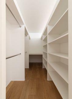 1.5階デッキのある家の収納1 Bedroom Divider, Bedroom Closet Design, Home Room Design, Closet Designs, Home Interior Design, Dressing Room Closet, Dressing Room Design, Basement Colors, Wardrobe Room