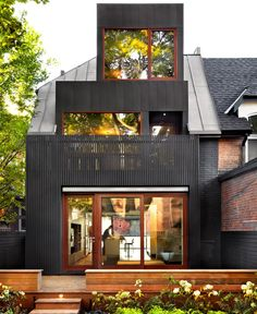 Architecture Modern family home renovation and addition to a traditional Victorian house in Toronto Design Exterior, Modern Exterior, Zinc Cladding, Black Cladding, Exterior Cladding, Toronto Houses, Architecture Résidentielle, House Extensions, Modern Family