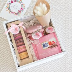 This easy project makes great gifts stand out, AND looks AMAZING under the tree? Diy Gift Baskets, Gift Hampers, Diy Christmas Gifts, Holiday Gifts, Homemade Gifts, Diy Gifts, Valentines Gift Box, Valentines Diy For Him, Pinterest Valentines