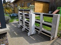 Choosing the option of having the pallet planters is turning out to be latest trends of the garden decoration ideas to opt out right now. Here you will be finding the modesty taste versions in the designing terms where the elegance and sophistication elements are provided at the best.