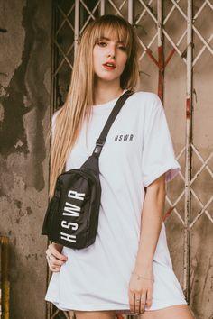 Shoulder Bag Hoshwear Infinity na cor preta estilo mini mochila para ser usada na transversal nas costas ou no peito. Modelo exclusivo com acabamento premium pro seu rolê ficar perfeito com muita praticidade, segurança e conforto.
