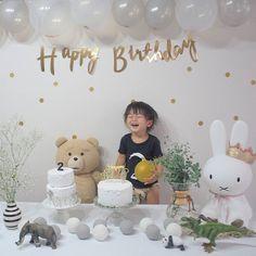 Instagram photo by 23chie23 - Happy Birthday ・ ・ 食後、1人で撮らせてくれた☺︎︎ 笑うと鼻にシワが出来るタイプ。 ・ ・ 最近は娘のキッズ用のマニキュアを並べて 手を広げて待っていたり メイクしてるとじーっと見つめて真似したり 誕生日プレゼントもこえだちゃんやシルバニアの方が興味津々… オネエ化がチラリ♡ ・ ・ ☑️身長86cm ☑️体重12.5kg ・ ・ #2歳誕生日 #誕生日 #パーティー #笑いすぎ #happybirthday
