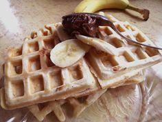 Ai un aparat de facut vafe si cateva ingrediente banale prin bucatarie? Atunci prepara cele mai pufoase vafe de casa, cu banane si crema de ciocolata. Nutella, Waffles, Breakfast, Food, Banana, Morning Coffee, Meal, Essen, Hoods