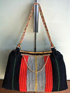 Bag crochet con catena da spalla, fodera in raso oro con doppia tasca, ampliabile sui lati