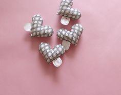 Corações de tecido costurados à mão são alguns dos brindes que acompanham os pedidos feitos na Miupi.  #miupi #adoromiupi #art #craft #artesanato  #linhas #handmade #heartmade #feitonobrasil #feitoamao #handicraft #craftwork #coração #heart #fabricheart #pattern #tag #labeltag #etiqueta #logo #logomarca #sewnbyhand #seam