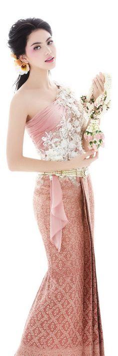 Traditional Thai dresses http://www.we-mag.com/ Traditional Thai Clothing, Traditional Fashion, Traditional Outfits, Traditional Wedding Dresses, Khmer Wedding, Laos Wedding, Thai Wedding Dress, Mai Davika, Thai Dress