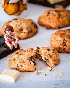 -MERCREDI GOÛTER- Cest lheure de goûter ? Cest lheure des cookies ! Aujourdhui je vous propose une recette de cookies déclinable selon vos envies. Et noubliez pas quil est toujours possible de vous inscrire à latelier goûter fait maison du 12 octobre. Le lien est dans le profil    Cookies aux 3 chocolats   Avec un grand couteau hachez 90 g de chocolat noir 90 g de chocolat au lait et 90 g de chocolat blanc en grosses pépites. Avec une cuillère en bois mélangez 125 g de beurre mou et 100