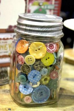 I love buttons I have so many  there so pretty  just sitting in a glass jar but if started using them to make so pretty art ❤