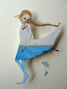 Японская художница Маки Хино родилась 4 мая вечером в полнолуние в префектуре Нагано (Япония). Живет и работает там же. Бумажных кукол Маки начала рисовать с раннего детства. В 1993 году увлеклась шарнирными куклами, а в 1997 решила, что будет заниматься куклами профессионально и пошла учиться у известного художника кукол Ryo Yoshida в студию «Pygmalion».