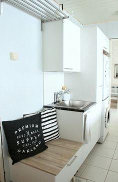 Käytännöllinen ja kaunis kodinhoitohuone. Isotkin pyykit kuten lakanat saa telineelle kuivumaan. Valkoista harmoniaa blogi.