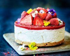 Denne jordbær-cheesecake er forbudt for børn. Syrlig lime og hvid rom giver den fløjlsbløde ostecreme en frisk og voksen smag.