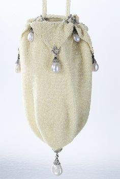 Be still, my <3! Purse made out of seed pearls, diamonds, pear-shaped pearls, with an inside of white leather. Made by Van Cleef & Arpels, c. 1923