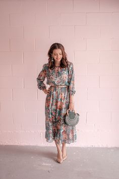 Green Floral Shein ZARA dress and Green Chloe Pixie Bag dupe - - Green Floral Shein ZARA dress and Green Chloe Pixie Bag dupe Source by Theblondegirlx Zara Dresses, Modest Dresses, Elegant Dresses, Midi Dresses, Summer Dresses, Dressy Outfits, Spring Outfits, Modest Fashion, Fashion Dresses