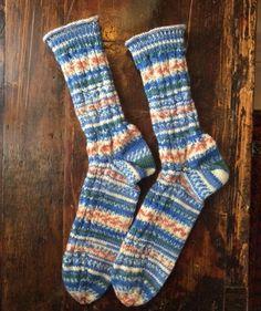 Socken mit Zopfmuster, R0260 - Gratisanleitung: Mauerblümchen ade! Bei diesen norwegisch inspirierten Socken ist Auffälligkeit Programm. Dafür sorgt die originelle Farbgebung des Garns Schachenmayr Regia 4-fädig Design Line by Arne & Carlos.