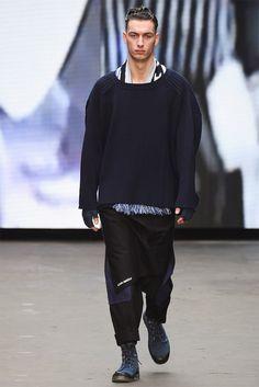 L'un des trois jeunes créateurs invités à défiler à Londres dans le cadre de l'initiative MAN, sponsorisée par Topman et Fashion East, Liam Hodges mêle le sportwear et le workwear dans sa collection automne/hiver 2015-2016. #liamhodges #londres #londonfashionweek #défilé #hiver2015 #mode #homme #sportwear #workwear