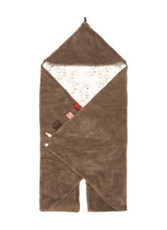 Snoozebaby wikkeldekenCamel Bubblesin een superzachte kwaliteit. Deze deken is voorzien van twee voetenzakjes, een capuchon en een drukknoopsluiting. De buitenzijde is van zacht coral in unikleur en de binnenzijde is van zacht jersey in een luchtbellenmotief. Aan de achterzijde zijn twee openingen aangebracht waar de riempjes van bijvoorbeeld een maxi-cosi doorgestoken kunnen worden. Deze wikkeldeken van Snoozebaby is voorzien van lintjes in verschillende kleuren en motieven waar uw kind…