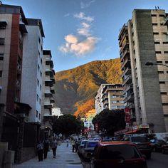 El Ávila de esta tarde entré la calles by huguito, via Flickr