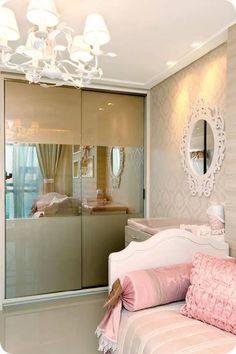 gostei desse trabalho no vidro do armário, mas poderia ser branco ou creme claro e espelho prata.
