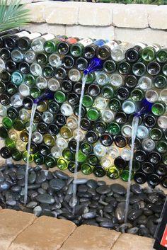 Fuente exterior realizada con botellas de vino recicladas
